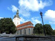 Sikt av den gamla staden och blå himmel i sommar Tallinn! royaltyfri foto