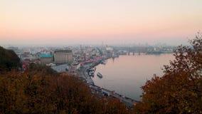Sikt av den gamla staden och floden på solnedgångtid i Kiev stock video