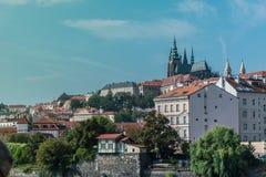 Sikt av den gamla staden av Prague, med tornen av den storstads- domkyrkan av helgon Vitus, Wenceslaus och Adalbert royaltyfria bilder