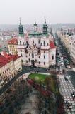 Sikt av den gamla stadfyrkanten i Prague Royaltyfria Bilder