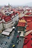 Sikt av den gamla stadfyrkanten i Prague Royaltyfri Foto