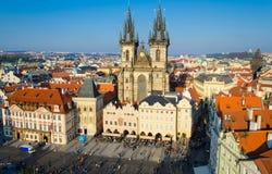 Sikt av den gamla stadfyrkanten med gamla byggnader, Prague, tjeckiska Republ royaltyfri fotografi
