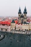 Sikt av den gamla stadfyrkanten med Tyn i Prague Royaltyfri Bild