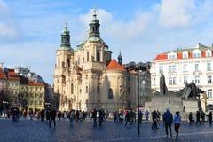 Sikt av den gamla stadfyrkanten och kyrkan av kyrkan av St Nicholas Royaltyfria Bilder