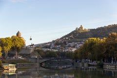 Sikt av den gamla Tbilisien Metekhi och fästningnarkikaen från bron av världen Royaltyfri Foto
