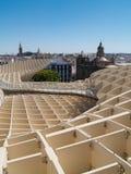 Sikt av den gammala townen från den Metropol ett slags solskydd i Seville Arkivfoton