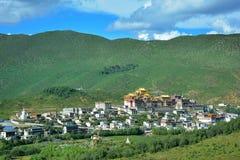 Sikt av den Ganden Sumtseling templet, Zhongdian, Kina Arkivfoton