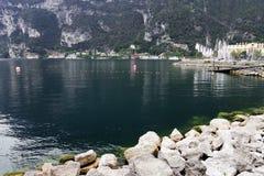 Sikt av den Garda staden och sjön i hösttiden arkivfoto