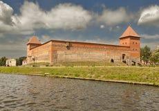 Sikt av den Gediminas slotten från sjön lida _ Arkivbild