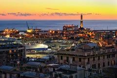 Sikt av den Genua hamnen på solnedgången royaltyfri bild