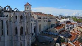 Sikt av den gotiska den Carmo kyrkan och kloster i Lissabon som fördärvas av jordskalv, historia stock video