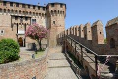 Sikt av den Gradara slotten på Marche Royaltyfria Bilder
