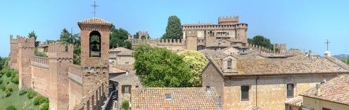 Sikt av den Gradara slotten på Marche Royaltyfri Bild
