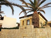 Sikt av den grekiska byn på tropisk minoan stilarchitectur för Kreta Fotografering för Bildbyråer