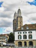 Sikt av den Grossmunster kyrkan i Zurich den gamla staden, i molnig dag Royaltyfria Bilder
