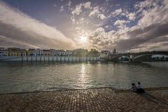Sikt av den Guadalquivir floden och det Triana området i Sevilla, Andalusia, Spanien fotografering för bildbyråer