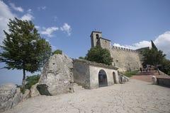 Sikt av den Guaita fästningen eller det första tornet överst av Monte Titano i San Marino och de omgeende kullarna Juni 2017 royaltyfri bild