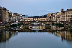 Sikt av den guld- Ponte Vecchio bron i den Florence Arno floden fotografering för bildbyråer