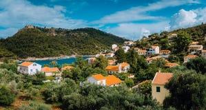 Sikt av den härliga Assos byn, Kefalonia ö, Grekland fotografering för bildbyråer
