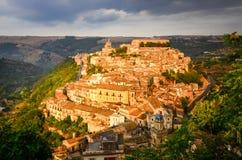 Sikt av den härliga byn Ragusa på solnedgången, Sicilien Royaltyfri Bild