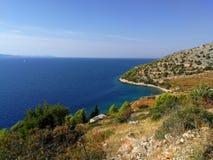 Sikt av den härliga kustlinjen av öbrac, Kroatien royaltyfri bild