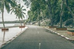 Sikt av den härliga roterande vägen nära havet och berget, abstrakt tappning filtrerad bild Arkivbilder