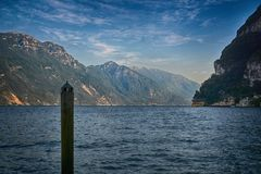 Sikt av den härliga sjön Garda, Riva del Garda, Italien Arkivbild