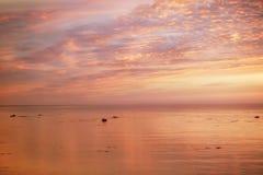 Sikt av den härliga solnedgången ovanför havet i lilor, guld och rosa färger Royaltyfria Foton