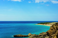 Sikt av den härliga stranden med steniga klippor på medelhavet Royaltyfri Bild