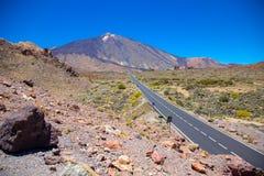 Sikt av den härliga vulkan Teide med vägen fotografering för bildbyråer