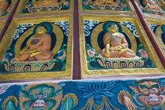 Sikt av den högväxta Shanti stupaen med härlig himmel, den stora stupaen i L Arkivfoton
