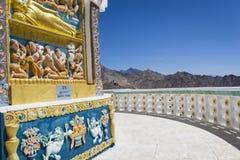 Sikt av den högväxta Shanti stupaen med härlig himmel, den stora stupaen i L Fotografering för Bildbyråer