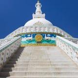 Sikt av den högväxta Shanti stupaen med härlig himmel, den stora stupaen i L Arkivbild