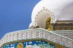 Sikt av den högväxta Shanti stupaen med härlig himmel, den stora stupaen i L Royaltyfria Foton