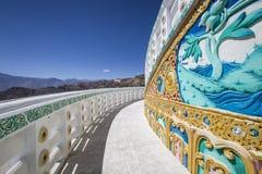 Sikt av den högväxta Shanti stupaen med härlig himmel, den stora stupaen i L Arkivbilder