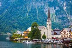 Sikt av den Hallstatt byn med tornet Christuskirche för kyrklig klocka Arkivfoto