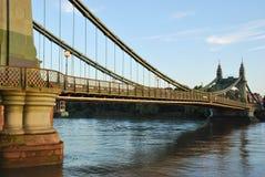 Sikt av den Hammersmith bron i London fotografering för bildbyråer