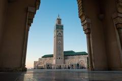 Sikt av den Hassan II moskén som inramas av bågen av en stor port Royaltyfria Bilder