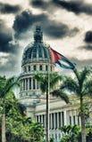 Sikt av den Havana Capitol byggnadskupolen med den kubanska flaggan Royaltyfri Bild