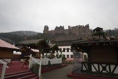 Sikt av den Heidelberg slotten från den Noel marknadsplatsen arkivbild