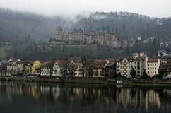 Sikt av den Heidelberg slotten på en dimmig dag, Heidelberg, Tyskland arkivfoton