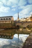 Sikt av den historiska bron i Luxembourg arkivbild