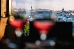 Sikt av den historiska delen av staden av St Petersburg uppifrån till och med exponeringsglasen av vin royaltyfria foton