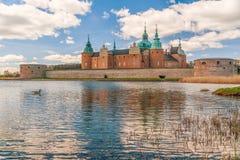 Sikt av den historiska Kalmar slotten i staden av Kalmar sweden royaltyfri fotografi