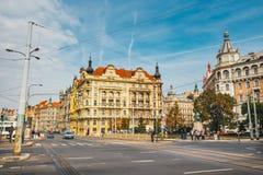 Sikt av den historiska mitten av Prague med härliga historiska hyreshusar Arkivfoto