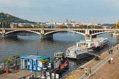 Sikt av den historiska mitten av Prague med härliga historiska hyreshusar royaltyfria foton
