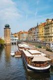Sikt av den historiska mitten av Prague med härliga historiska hyreshusar Royaltyfria Bilder
