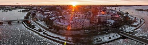 Sikt av den historiska staden av Vyborg från torn för St Olav, på gryning Arkivfoto