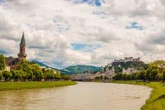 Sikt av den historiska staden av Salzburg över den Salzach floden, Österrike Royaltyfri Foto