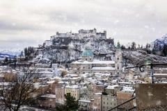 Sikt av den historiska staden av Salzburg i vinter royaltyfria bilder